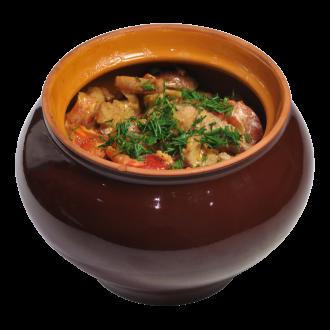 Свинина в сметанном соусе с картофелем в горшочке
