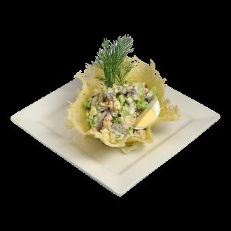 """Салат """"Венеция"""" в сырной корзинке"""